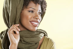 Glückliche Afroamerikanerfrau mit obenliegenden weg schauen der Stola Lizenzfreie Stockfotos