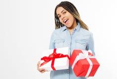 Glückliche afroe-amerikanisch Frau mit den Präsentkartons lokalisiert auf weißem Hintergrund stockfotos
