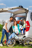 Glückliche aktive Familie auf den Naturferien Stockfotos