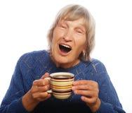 Glückliche alte Dame mit Kaffee Stockfotografie