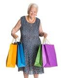 Glückliche alte Frau mit Einkaufstaschen lizenzfreie stockfotografie