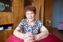 Glückliche alte Frau zu Hause Lizenzfreie Stockfotos