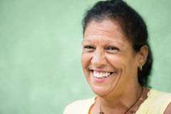 Glückliche alte hispanische Frau, die an der Kamera lächelt Stockbilder