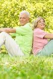 Glückliche alte Leute entspannt stockbilder