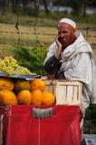 Glückliche alte männliche asiatische (pakistanische) Unterhaltung auf Mobiltelefon, Pakistan Stockbild