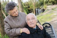 Glückliche alte Paare im Sommer auf Weg Stockfotografie