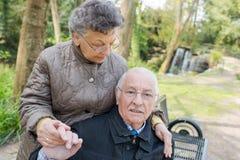 Glückliche alte Paare im Sommer auf Weg Lizenzfreie Stockbilder