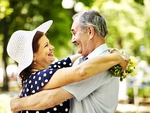 Glückliche alte Paare mit Blume. Stockfotos