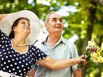 Glückliche alte Paare mit Blume. Stockbild