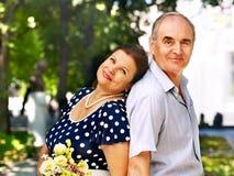 Glückliche alte Paare mit Blume. Stockbilder