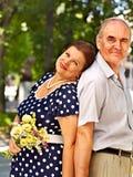Glückliche alte Paare mit Blume Stockfotos