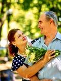 Glückliche alte Paare mit Blume Stockfoto