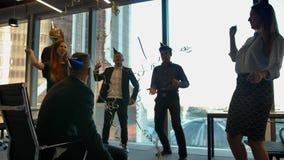 Gl?ckliche Angestellte, die Geburtstag im B?ro mit Serpentin feiern stock video footage