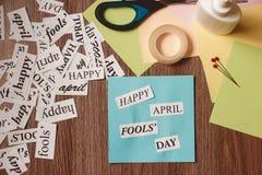 Glückliche April Fools Day-Phrase auf hölzernem Hintergrund Stockfotos