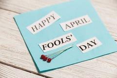 Glückliche April Fools Day-Phrase auf hölzernem Hintergrund Lizenzfreies Stockbild