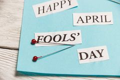 Glückliche April Fools Day-Phrase auf hölzernem Hintergrund Stockbilder
