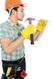 Glückliche Arbeitskraft, die Hammer verwendet stockfotos