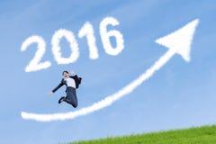 Glückliche Arbeitskraft mit Zahlen 2016 und aufwärts Pfeil Stockfotos