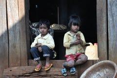 Glückliche arme nette Kinder in tropischem Dorf Asiens Lizenzfreies Stockfoto