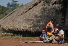 Glückliche arme nette Kinder in tropischem Dorf Asiens Stockfotos