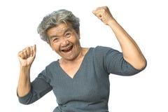 Glückliche asiatische alte Frau lächelnd und froh auf Weiß lizenzfreies stockbild