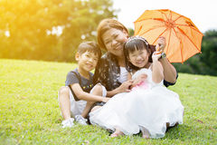 Glückliche asiatische Familie, die Tag im Park genießt Lizenzfreie Stockfotos
