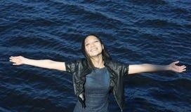 Glückliche asiatische Frau auf dem Wasserhintergrund Lizenzfreies Stockbild
