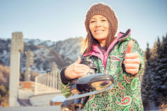 Glückliche asiatische Frau, die zum Eislauf im Freien geht Lizenzfreie Stockbilder