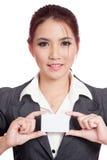 Glückliche asiatische Geschäftsfraushow eine leere Karte mit b Lizenzfreie Stockfotos