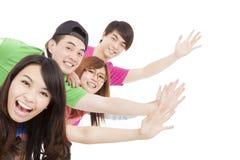 Junge Gruppe mit den Händen oben Stockbild