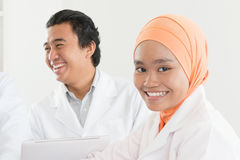 Glückliche asiatische Moslemkrankenschwester Stockfoto