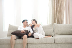 Glückliche asiatische Paare Stockfotos