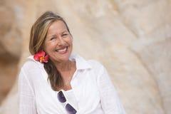 Glückliche attraktive ältere Frau des Porträts im Freien Stockbilder