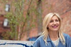 Glückliche attraktive blonde Frau in der Stadt Stockbilder