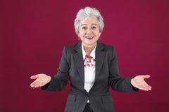Glückliche attraktive Frau im Ruhestand Stockbilder