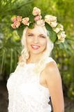 Glückliche attraktive Frau mit Blumen in ihrem Haar Stockbilder