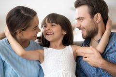 Glückliche attraktive junge Familie des Porträts, welche die Umfassung aufwirft lizenzfreie stockbilder