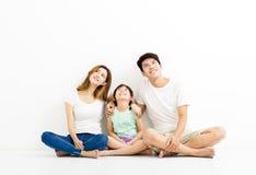 Glückliche attraktive junge Familie, die oben schaut lizenzfreie stockfotografie