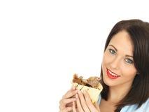 Glückliche attraktive junge Frau, die einen Donner-Kebab isst Lizenzfreie Stockbilder