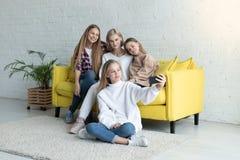 Gl?ckliche attraktive lesbische Familie in der zuf?lligen Kleidung, die selfie macht stockfotografie