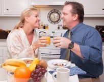 Glückliche attraktive Paare in der Küche Stockfotografie
