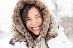 Glückliche Außenseite der Winterfrau Stockfotografie