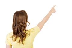 Glückliche, aufgeregte junge Frau, die auf Kopienraum zeigt lizenzfreies stockbild