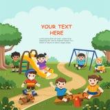 Glückliche aufgeregte Kinder, die Spaß zusammen auf Spielplatz haben stock abbildung