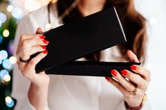 Glückliche aufgeregte schöne öffnende Schmuckgeschenkbox der jungen Frau lizenzfreie stockfotografie