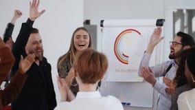 Glückliche aufgeregte verschiedene Geschäftsleute den Händen sich anschließen, die Teamerfolg mit jungem männlichem Chef am gesun stock video