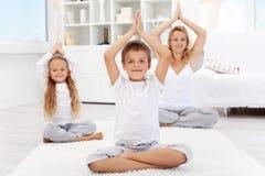 Glückliche ausgeglichene Lebensdauer - die Leute, die Yoga tun, trainieren Stockfoto