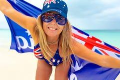 Glückliche Australien-Tagesfrau, die australische Flaggensachen trägt stockfotografie