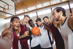 Glückliche Basketball-Spieler, die lustige Gesichter machen lizenzfreie stockfotos