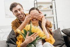 glückliche Bedeckungsaugen des jungen Mannes der Freundin lizenzfreie stockfotografie